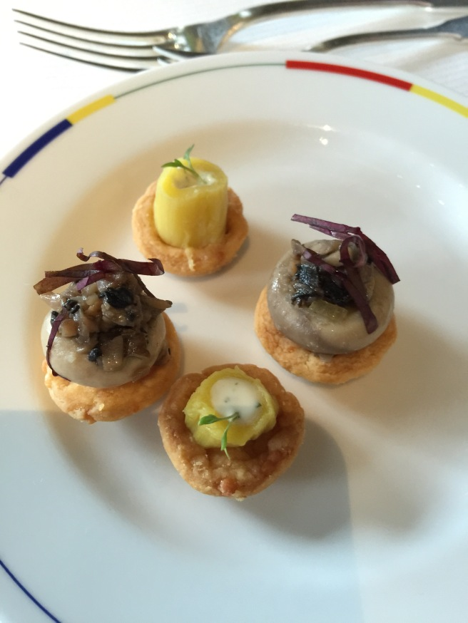 Button mushroom tartlet and leek with dressing tartlet