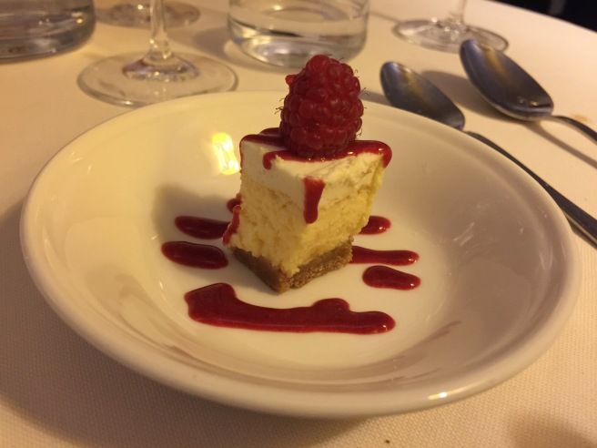 Mini cheesecake with raspberry sauce