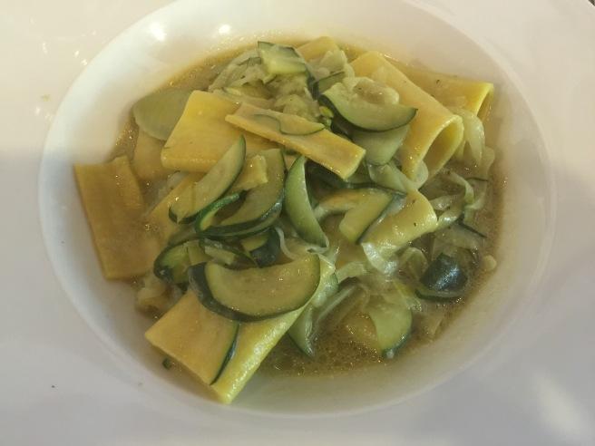 Pasta fresca con porri, zucchine e pistacchio