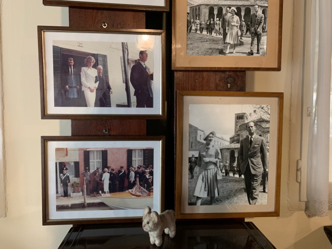 Frankie posed with the photos of royal visitors